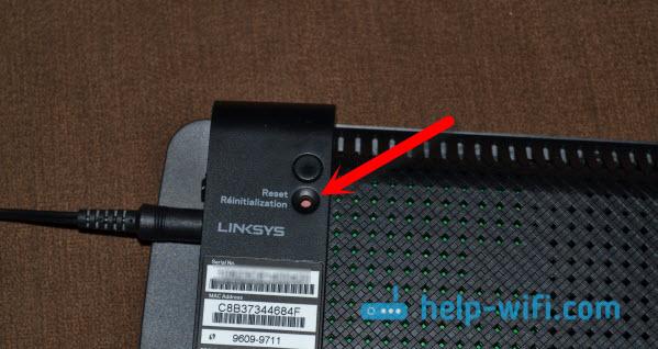 Кнопка сброса настроек на Linksys