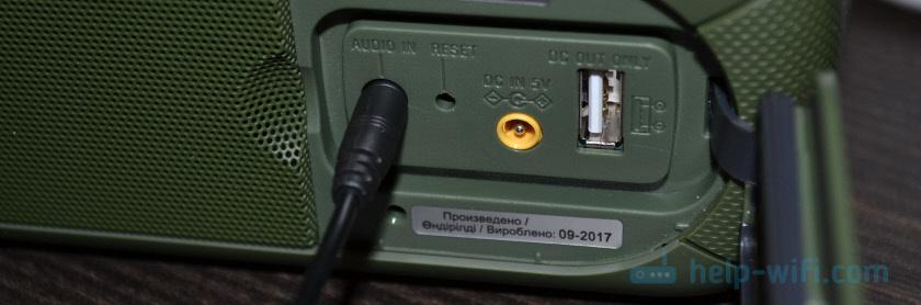 Подключение кабеля к AUDIO IN на портативной колонке